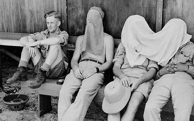 Des militaires néo-zélandais se protègent des moustiques alors qu'il sont reçoivent un entraînement militaire sur l'île pacifique d'Espiritu Santo, le 23 avril 1944. (Marine américaine via AP)