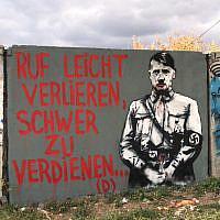 Un graffiti représentant Hitler tagué à proximité du tombeau du rabbin Nachman de Breslov dans la ville ukrainienne d'Oman, le 11 octobre 2019. (Ambassade israélienne en Ukraine)