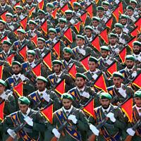 Des soldats des Gardes de la Révolution iranienne défilent lors d'une parade militaire célébrant le 36ème anniversaire de l'invasion de 1980 de l'Iran par l'Irak, devant le sanctuaire de l'Ayatollah Khomeini, autour de Téhéran, en Iran, le 21 septembre 2016.  (AP Photo/Ebrahim Noroozi, File)