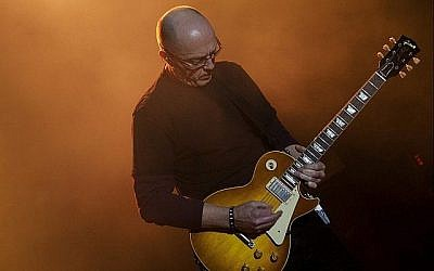 Ronnie Peterson jouant lors d'un concert dans la Vallée du Jourdain, le 6 avril 2009. (Matanya Tausig/ Flash90)