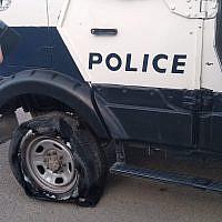 Un véhicule de la police israélienne après que ses pneus auraient été crevés par des habitants d'implantations à proximité d'Yitzhar dans le nord de la Cisjordanie, le 25 mai 2019. (Police israélienne)