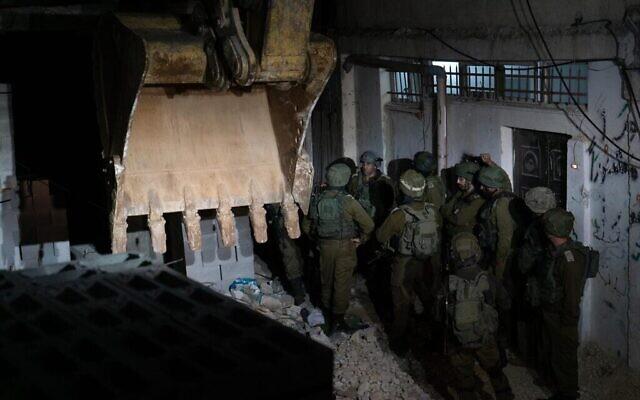 L'armée israélienne démolit la maison reconstruite d'un terroriste palestinien dans le camp de réfugiés d'al-Amari à proximité de Ramallah, le 24 octobre 2019. (Crédit : Armée israélienne)