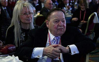 Sheldon Adelson avec sa femme Miriam à une réunion annuelle de la  at the Republican Jewish Coalition au The Venetian de Las Vegas, le 24 février 2017. (Ethan Miller/Getty Images/via JTA)