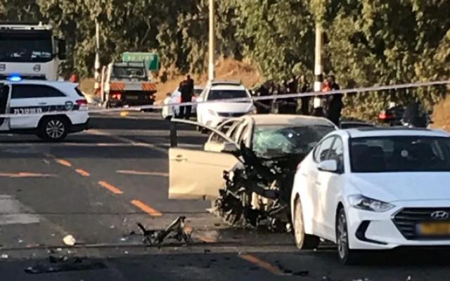 Les conséquences de l'explosion d'une voiture qui a blessé une femme et ses deux jeunes enfants sur la route 65 près de Par des Hannah, el 13 octobre 2019. (Magen David Adom)