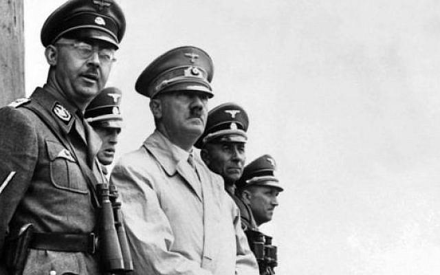 Le chef Nazi SS Heinrich Himmler (gauche) et Adolf Hitler supervisent une parade militaire en 1940. (Domaine public)