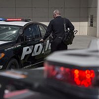 Un officier de police à Los Angeles, en Californie, le 10 avril 2017. (David McNew / Getty Images via JTA)