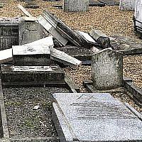 Les conséquences de l'acte de vandalisme dans le cimetière juif à Rochester, au Royaume-Uni, à la fin septembre 2019. (Dalia Halpern-Matthews via JTA)