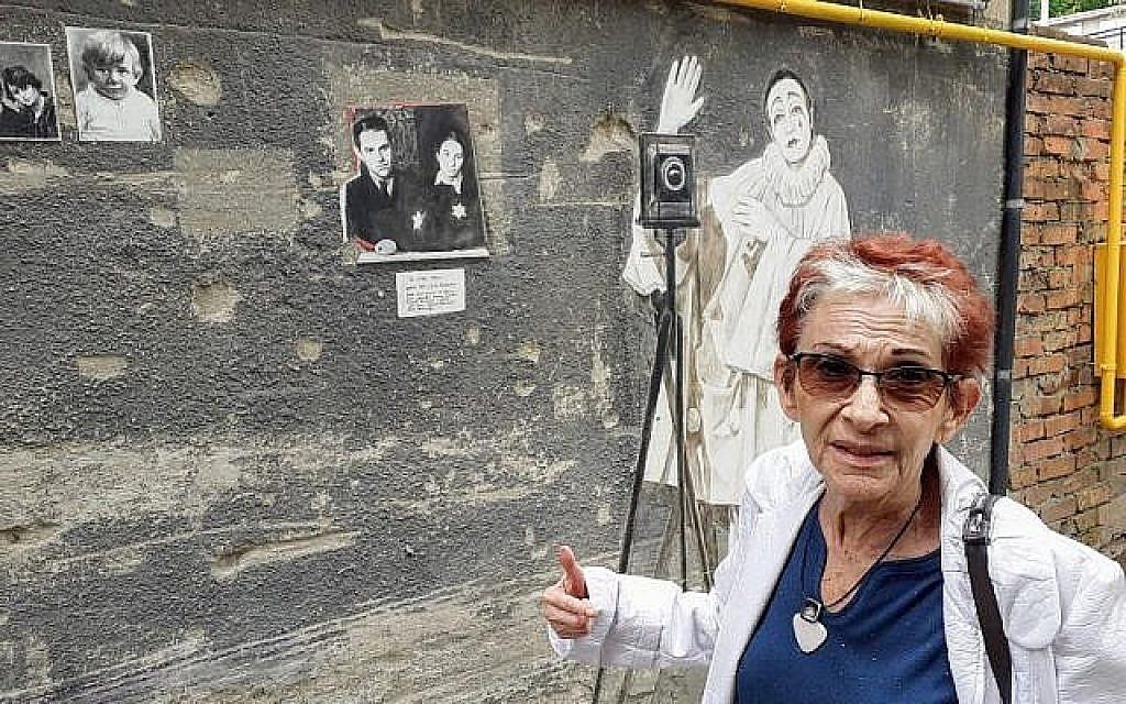 Bella Shirin, artiste israélo-lituanienne, aux abords de son appartement de Kaunas, en Lituanie, au mois de juillet 2019 (Crédit : Raphael Ahren/TOI)