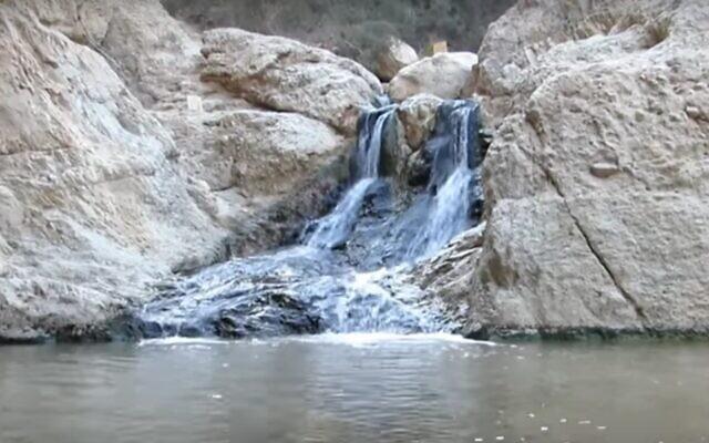Les eaux vives de la réserve naturelle de Bokek, dont un recours collectif prétend qu'elles ont été polluées par l'industrie. (Capture d'écran de YouTube)