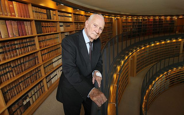 L'ancien magistrat à la cour suprême Meir Shamgar le 19 mai 2011 (Crédit : Nati Shohat/Flash90)
