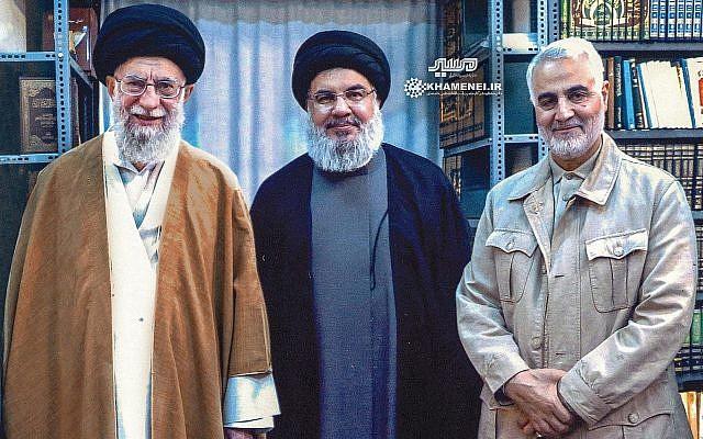 Une image publiée sur le site officiel d'Ali Khamenei le 25 septembre, montrant Khamenei, le chef suprême de l'Iran, à gauche, aux côtés du chef du Hezbollah, Hassan Nasrallah, au centre, et du commandant de la Force Qods du Corps des Gardiens de la révolution islamique Qassem Soleimani. (Crédit : Khamenei.ir)