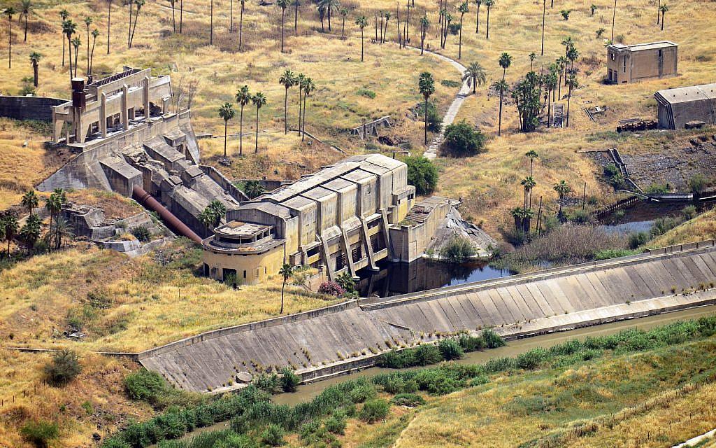 Les ruines de la centrale hydroélectrique construite par l'ingénieur Pinhas Rutenberg à Naharayim (Crédit : Avram Graicer/Domaine public)