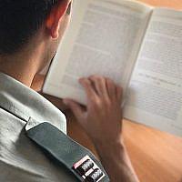Photo d'illustration montrant un officier en train de lire, diffusée le 16 octobre 2019 (Crédit : Armée israélienne)