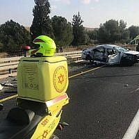 Les lieux d'un accident de la route mortel survenu sur la Route près de Ben Shemen, le 19 octobre, 2019. (Magen David Adom)