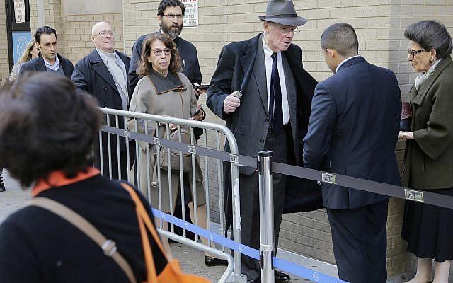 Des personnels de sécurité fouillent les sacs et les vêtements des fidèles venus assister à un service interconfessionnel à la synagogue de Park East à New York, le 31 octobre 2018 (Crédit :/Seth Wenig)