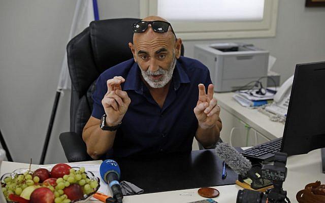 David Elhayani, maire du Conseil régional de la vallée du Jourdain, s'adresse à l'AFP dans son bureau en Cisjordanie, le 11 septembre 2019. (AHMAD GHARABLI/AFP)