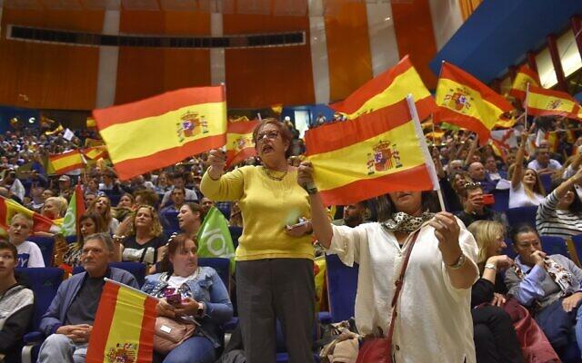 Des militants du parti d'extrême droite Vox agitent des drapeaux espagnols lors d'un meeting de campagne à Santander, le 1 novembre 2019, avant les élections législatives du 10 novembre. (Photo par ANDER GILLENEA / AFP)