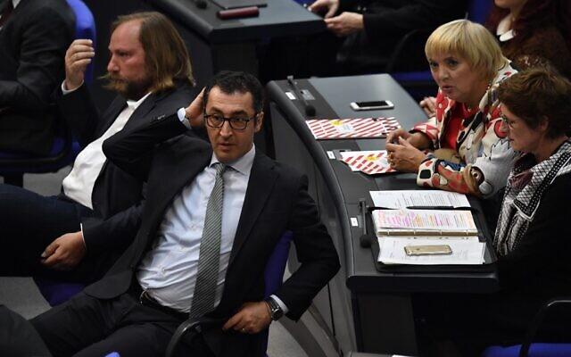 Au premier plan, le député écologiste d'origine turque Cem Özdemir; A l'arrière, la députée écologiste et vice-présidente du Bundestag Claudia Roth, le 24 octobre 2017. (Crédit : John MACDOUGALL / AFP)