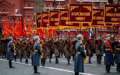 Des soldats russes vêtus d'uniformes d'époque, pour la parade militaire sur la place Rouge, à Moscou, le 7 novembre 2019. (Crédit : Dimitar DILKOFF / AFP)
