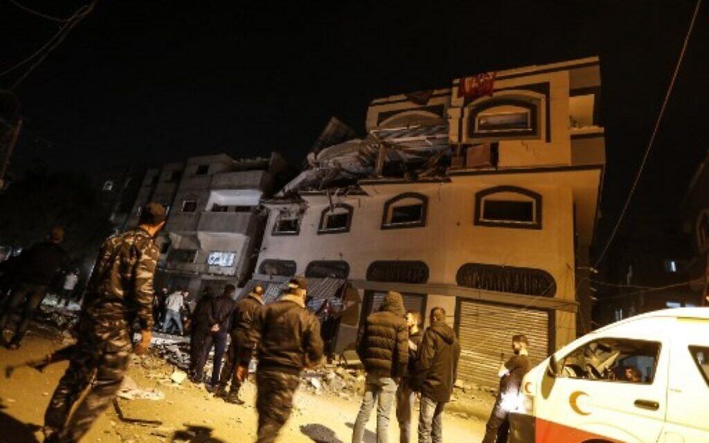 Des Palestiniens devant les ruines de la maison du chef du Jihad islamique Baha Abu Al-Ata après une frappe israélienne, le 12 novembre 2019. (Crédit : MAHMUD HAMS / AFP)