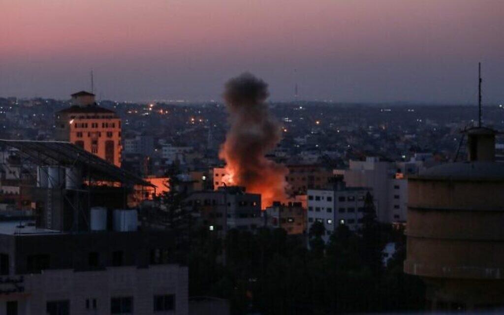 Des colonnes de fumée après une attaque israélienne à Gaza, le 12 novembre 2019. (Crédit : BASHAR TALEB/AFP)