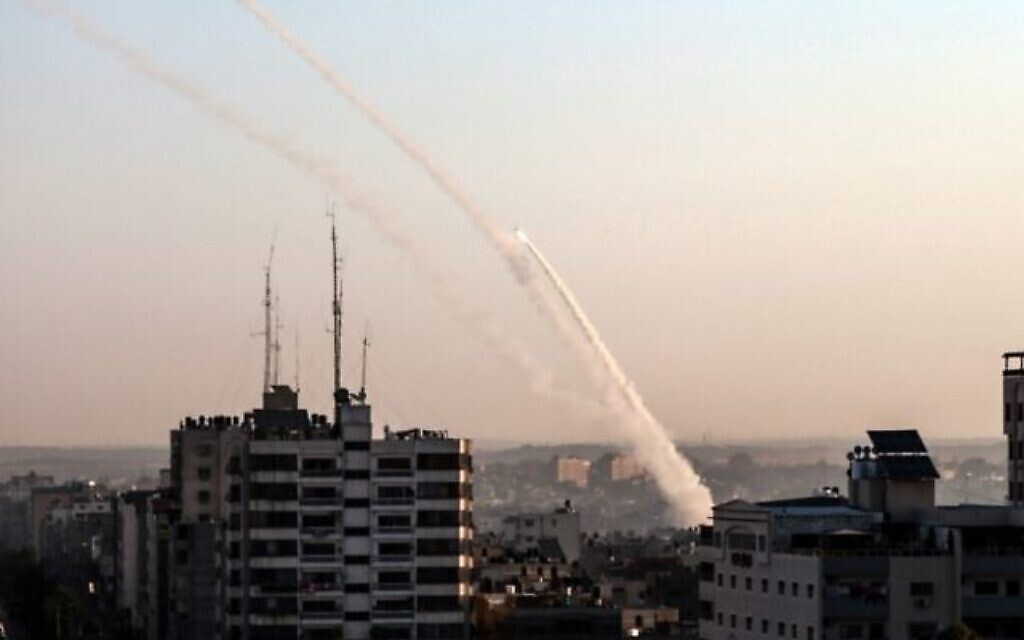Des roquettes palestiniennes tirées depuis la bande de Gaza, le 12 novembre 2019. (Crédit : BASHAR TALEB/ AFP)
