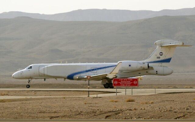"""Un Gulfstream israélien G550 (Nashon-Eitan) , avion-espion des renseignements aériens, participe à l'exercice multinational """"Drapeau bleu"""" à la base d'Ovda,  au nord de la ville israélienne d'Eilat, le 11 novembre 2019 (Crédit :  JACK GUEZ / AFP)"""