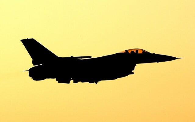 """Un F-16 américain participe à l'exercice international """"Drapeau Bleu"""" sur la base militaire d'Ovda, au nord de la ville d'Eilat, au sud d'Israël, le 11 novembre 2019 (Crédit : JACK GUEZ / AFP)"""