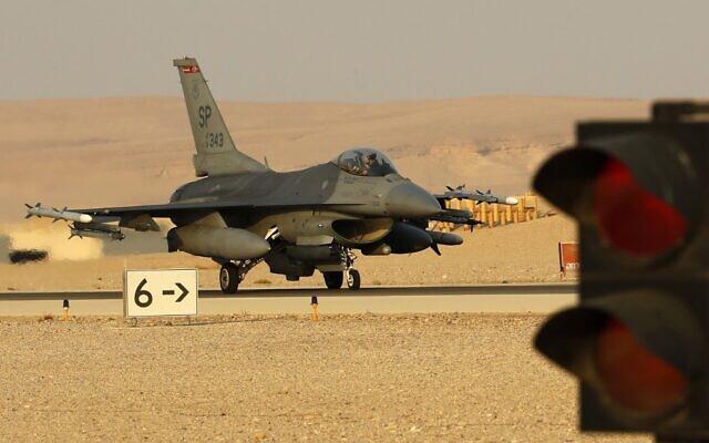 """Un F-16 américain participe à l'exercice multinational """"Drapeau bleu"""" à la base d'Ovda,  au nord de la ville israélienne d'Eilat, le 11 novembre 2019 (Crédit :  JACK GUEZ / AFP)"""