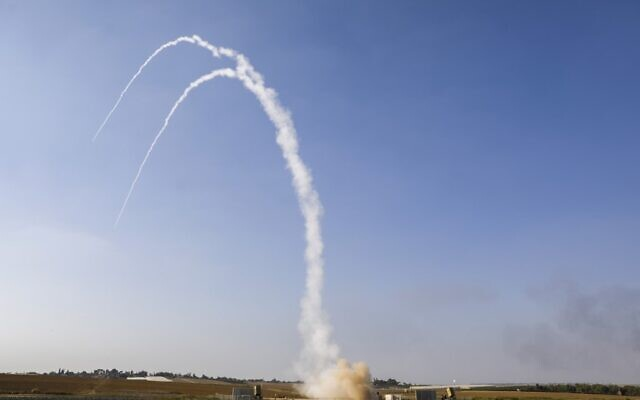 Des missiles israéliens lancés par le système de défense Dôme de Fer, conçu pour intercepter et détruire des roquettes de courte portée et des obus de mortier, au dessus de Netivot, le 12 novembre 2019. (Crédit : MENAHEM KAHANA / AFP)
