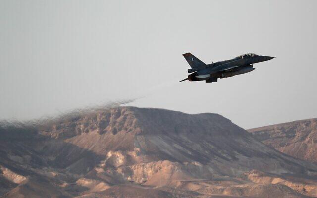 """Un avion-chasseur grec de type F-16 au cours de l'exercice aérien multinational """"Drapeau bleu"""" à la base d'Ovda,  au nord de la ville israélienne d'Eilat, le 11 novembre 2019 (Crédit :  Emmanuel DUNAND / AFP)"""