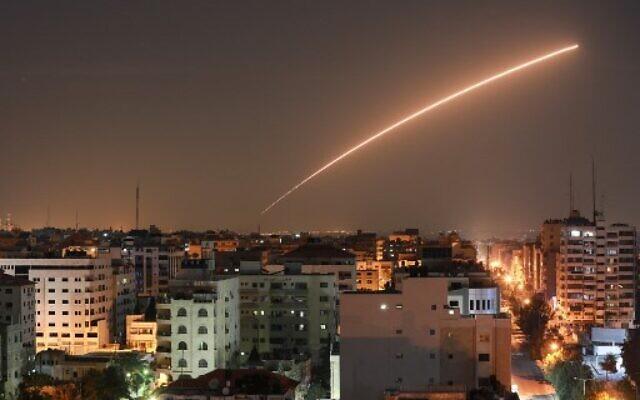Des missiles israéliens lancés par le système de défense Dôme de Fer, conçu pour intercepter et détruire des roquettes de courte portée et des obus de mortier, au dessus de Gaza City, le 12 novembre 2019 (Crédit : BASHAR TALEB / AFP)