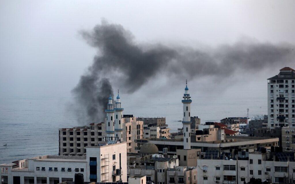 De la fumée surplombe Gaza City après une frappe aérienne israélienne, le 13 novembre 2019. (Crédit : MAHMUD HAMS / AFP)