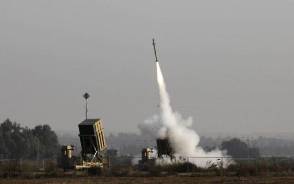 Un missile israélien lancé par le système antimissile du Dôme de fer, créé pour intercepter et détruire les roquettes à courte portée et les obus d'artillerie, dans la ville israélienne de Sdérot, le 12 novembre 2019 (Crédit : Menahem Kahana/AFP)