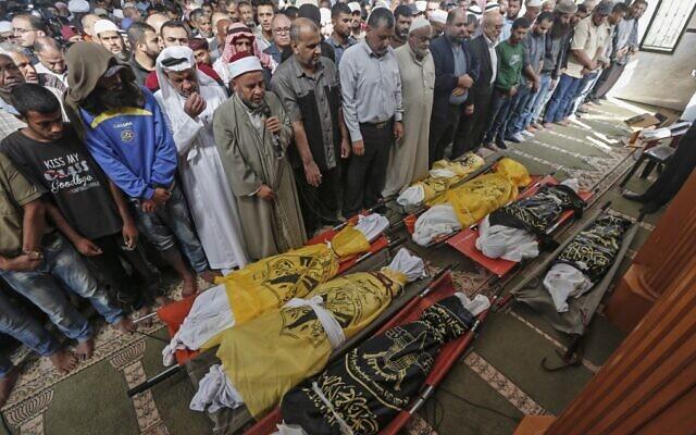 Des Palestiniens assistent aux funérailles des membres d'une famille tués dans la nuit par une frappe aérienne israélienne, le 14 novembre 2019 à Deir al-Balah. (Crédit : MAHMUD HAMS / AFP)