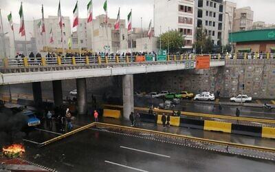 Des manifestants iraniens bloquent une route lors de manifestations contre une hausse des prix de l'essence à Téhéran, capitale du pays, le 16 novembre 2019. (Photo par - / AFP)