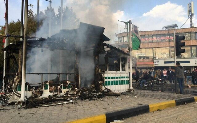 Une station service incendiée par des manifestants à Ispahan, le 17 novembre 2019. (Crédit : AfP)