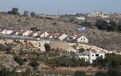 L'implantation israélienne de Kiryat Arba est photographiée près de la ville d'Hébron, en Cisjordanie, le 19 novembre 2019. (Hazem Bader/AFP)