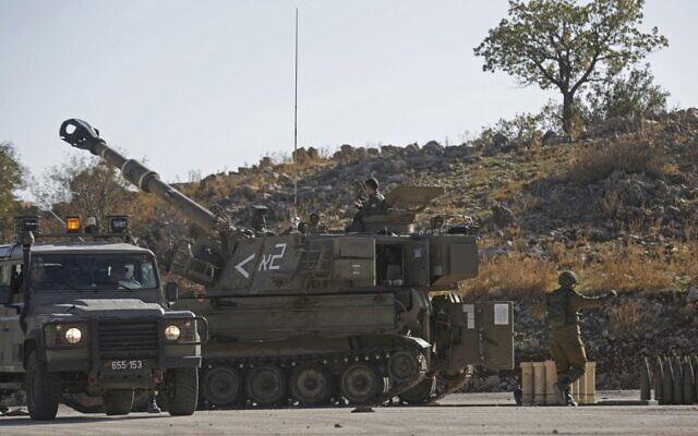 Un tank M109 israélien stationné près de la frontière avec la Syrie dans les hauteurs du Golan, annexées par Israël, le 19 novembre 2019, après que les défenses aériennes israéliennes ont intercepté quatre roquettes tirées de la Syrie voisine. (Crédit : JALAA MAREY / AFP)