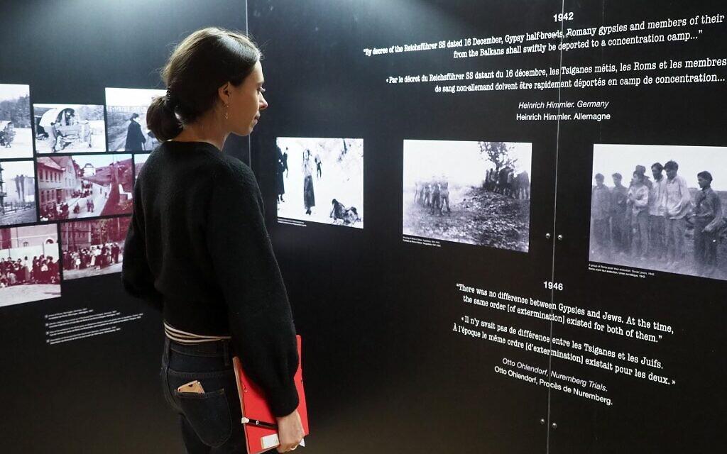 """Un femme visite l'exposition """"Mémoire Rom : 70 ans après à Rivesaltes le 20 novembre 2019. (Crédit : RAYMOND ROIG / AFP)"""