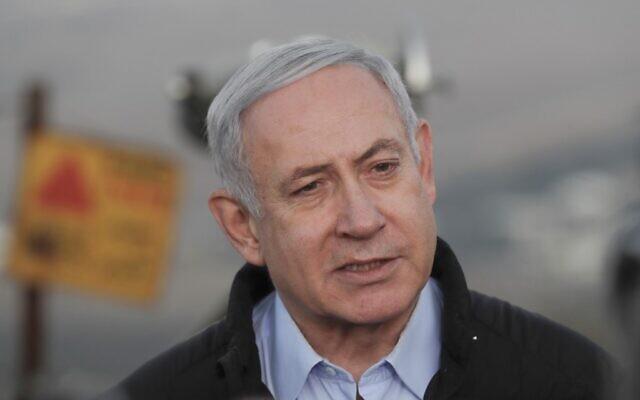 Le Premier ministre israélien Benjamin Netanyahu durant une visite sur une base militaire du plateau du Golan, surplombant le territoire syrien, le 24 novembre 2019 (Crédit :  ATEF SAFADI / POOL / AFP)