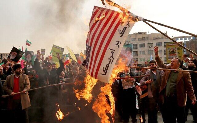 Le drapeau américain incendié lors des manifestations à Téhéran, le 25 novembre 2019. (Crédit : ATTA KENARE / AFP)