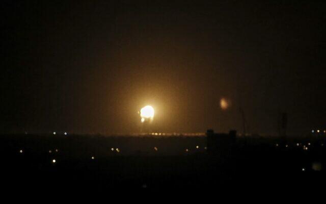 Une boule de feu suite à une frappe israélienne à Khan Younès, dans le sud de la bande de Gaza, le 27 novembre 2019 (Crédit : SAID KHATIB / AFP)