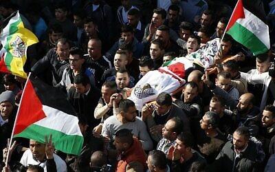 Des arabes de Cisjordanie portent le corps de Mohammed Aqal, un terroriste palestinien tué après avoir attaqué à coups de couteau un agent de la police des frontières, lors de ses funérailles dans le village de Beit Ula, en Cisjordanie, le 16 décembre 2017. (AFP Photo/ Hazem Bader)