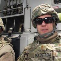 David Goldstrom (à droite) avec son aumônier adjoint en Afghanistan, le Sgt David Teakell, se rendant dans d'autres bases et avant-postes en 2013 pour visiter le personnel militaire. (Avec l'aimable autorisation de Goldstrom via JTA)