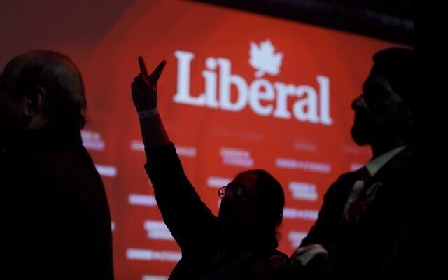 Les partisans regardent les résultats électoraux de Justin Trudeau au siège des Libéraux à Montréal, au Canada, le 21 octobre 2019 (Crédit : Cole Burston/Getty Images/AFP)