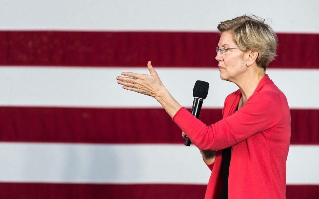 La candidate démocrate à l'investiture présidentielle, la sénatrice Elizabeth Warren (Massachusetts) s'adresse à une foule devant le Francis Marion Performing Arts Center, le 26 octobre 2019 à Florence (Caroline du Sud). (Crédit : Sean Rayford/Getty Images/AFP)