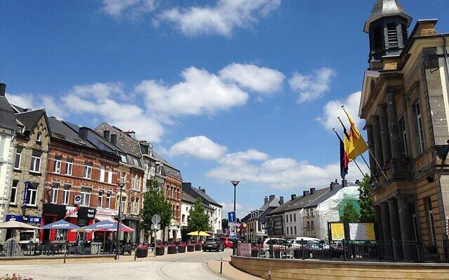 La Grand-Place au centre de Neufchâteau. (Crédit : Bdx / Wikimédia / CC BY-SA 4.0)