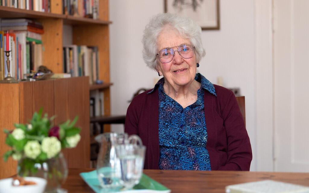 """Laureen Nussbaum, amie d'Anne Frank, à Berlin le 9 mai 2019, lors d'un entretien avec l'agence de presse allemande au sujet du livre qu'elle vient de publier """"Anne Frank - Liebe Kitty"""". (Crédit : Soeren Stache/picture alliance via Getty Images/via JTA)"""