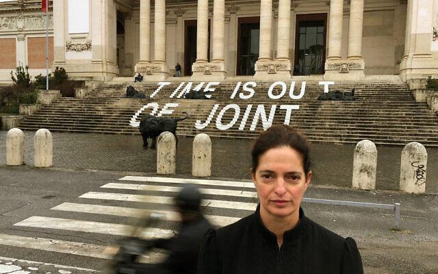 Iris Nesher devant la Galleria Nazionale d'Arte Moderna à Rome, en Italie, en 2018 (Crédit : Tom Nesher)